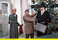 hr-fernsehen TATORT: ZWEI FLUGKARTEN NACH RIO, Kriminalfilm, Deutschland 1976, Regie: Fritz Umgelter, am Samstag (07.02.15) um 00:15 Uhr. Alex Dehn (Siegurd Fitzek, links) und Hannes Knaab (Heinz W. Kraehkamp, Mitte) haben eine Bankfiliale überfallen. Sie zwingen den Bankkunden Harry Meier (Christian Quadflieg), als Geisel mit ihnen zu kommen. – © HR/Kurt Bethke