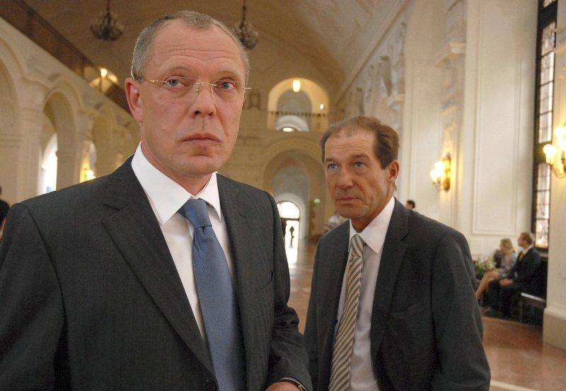 hr-fernsehen TIERÄRZTIN DR. MERTENS FOLGE 37, Über den Wolken, 39-Teilige Fernsehserie, Deutschland 2006-2010, Regie: Heidi Kranz, am Mittwoch (05.10.11) um 20:15 Uhr. Oberbürgermeister Herrenbrück (Frank Sieckel, l.) bleibt hart. Entweder Dr. Fährmann (Michael Lesch, r.) lässt den Weißkopfseeadler zu Ehren einer Delegation aus den USA fliegen oder er fliegt selbst! – Bild: NDR/ARD/Christa Köfer