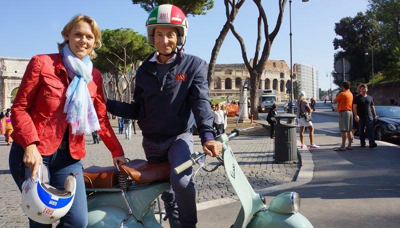 """ARD/SWR TRAUMSTÄDTE, """"Rom"""", Film von Ute Brucker, am Donnerstag (25.12.14) um 19:00 Uhr im ERSTEN. Ute Brucker auf ihrer Vespa-Tour durch Rom mit Fahrer Claudio. – Bild: SWR"""