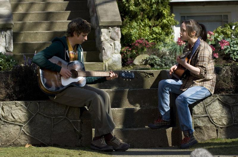 Juno (Ellen Page, r.) und Paulie Bleeker (Michael Cera) texten immer wieder neue Songs. – Bild: RTL