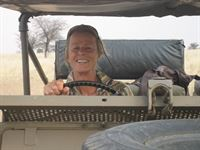 Hiltrud Reinhard fährt über ihre Farm. – © ZDF und Michaela Hummel