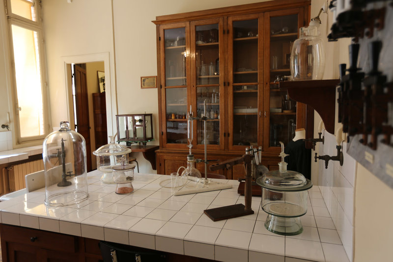 In diesem Labor in Paris betrieb die Physikerin Marie Curie Forschungen zur Radioaktivität. Im Jahr 1896 entdeckte sie, dass von dem Element Uranium Strahlung ausgeht und erhielt für diese Entdeckung 1903 den (anteiligen) Nobelpreis in Physik. – Bild: arte