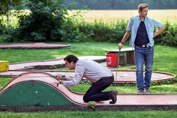 Familienbande 2: Wettbewerb zwischen Bastian und Bruder Hagen auf dem Minigolfplatz. – Bild: Brainpool/Frank Dicks