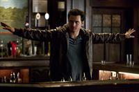 Enzo (Michael Malarkey) trifft eine gefährliche und unüberlegte Entscheidung ... – © Warner Brothers Lizenzbild frei
