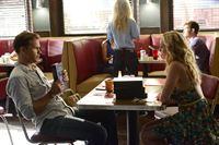 Caroline (Candice Accola, r.) hofft auf die Hilfe von Alaric (Matt Davis, l.), um endlich einen Zauberspruch zu finden, der die Grenze um Mystic Falls aufhebt ... – © Warner Bros. Entertainment, Inc Lizenzbild frei