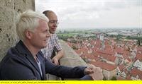 WDR Fernsehen VORFAHREN GESUCHT: GUIDO CANTZ, am Freitag (07.11.14) um 20:15 Uhr. Nördlingen in Schwaben: Von hier stammt die Familie des Entertainers Gudio Cantz. Zusammen mit dem Ahnenforscher Markus Weidenbach macht er sich hier auf die Suche nach seinen Vorfahren. – © WDR