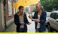 """NDR Fernsehen WELCOME TO SWEDEN (8), """"Der Abschied"""" (Breakups), am Donnerstag (05.02.15) um 0:00 Uhr. Bruce (Greg Poehler) und Emmas Ex-Freund Marcus (Gustav Roth) verstehen sich gut. – © NDR/TV4"""