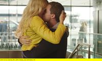 """NDR Fernsehen WELCOME TO SWEDEN, """"(Home) - Endlich Zuhause"""", am Donnerstag (12.02.15) um 23:50 Uhr. Emma (Josephine Bornebusch) und Bruce (Greg Poehler) sind überglücklich, dass sie wieder vereint sind. – © NDR/TV4 AB 2014"""
