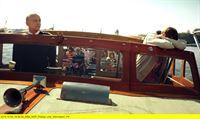 """NDR Fernsehen WELCOME TO SWEDEN (4), """"(Get a Job) - Folge Deinem Herzen"""", am Donnerstag (22.01.15) um 00:00 Uhr. Als Touristenführer auf einem Schiff eignet sich Bruce (Greg Poehler, re.) nicht wirklich, kurz nach dem Auslaufen ist er schon seekrank. – © NDR/TV4 AB 2014"""