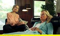 """NDR Fernsehen WELCOME TO SWEDEN (5), """"(Fitting in) - Keine Party ohne Bruce"""", am Donnerstag (29.01.15) um 23:30 Uhr. Emma (Josephine Bornebusch, re.) sucht Rat bei ihrer Mutter Viveka (Lena Olin). – © NDR/TV4 AB 2014"""