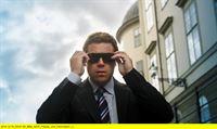 """NDR Fernsehen WELCOME TO SWEDEN (7), """"Kopfgeld"""", am Donnerstag (05.02.15) um 23:30 Uhr. Bruce (Greg Poehler) hat wieder ein Ziel: Er wird Anlageberater für reiche Schweden. – © NDR/TV4"""