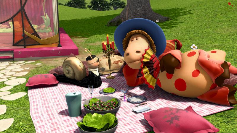 Hugo ist mit seinem neuen Outfit, mit dem er noch froh ist, bei Wilma zum Essen eingeladen. – Bild: KiKA