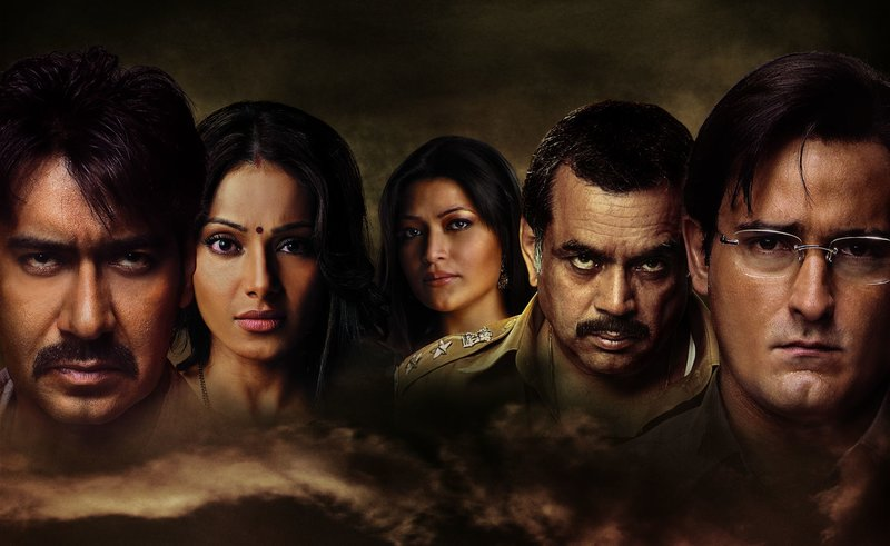 OT: Aakrosh Bild: Pratap Kumar (Ajay Devgn, links) Geeta (Bipasha Basu, 2.v.li) Jamuniya (Reema Sen, Mitte, hinten) Inspector Azad Shatru (Paresh Rawal) Siddhant Chaturvedi (Akshaye Khanna, rechts) – Bild: Zee.One