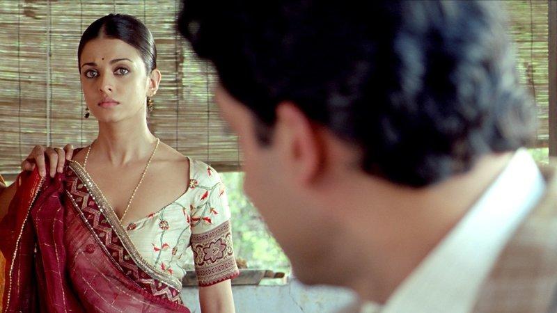 """Sujata (Aishwarya Rai, li) ist skeptisch: Gurukant """"Guru"""" (Abhishek Bachchan, re) möchte sie zur Frau nehmen. – Bild: Zee.One"""