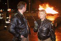 Kerstin (Anne Kasprik) und Rolf (Oliver Bäßler) sind auf der Spur von Brandstiftern. Mehrere Autos gehen in der Nacht in Flammen auf. – © RTL Crime