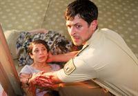 Auf der Suche nach dem Amokläufer findet Jan (Oliver Elias) neben einigen Leichen auch eine schwer verletzte Frau (Ilknur Bahadir). – © RTL Crime