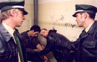 Sebastian (Ole Puppe, re.) und Alex (Felix Lampe, re.) überraschen zwei Junkies auf der Bahnhofstoilette. Die Situation eskaliert und Marco (Ljubisa Lupo Grujcic, 2.v.re.) bedroht Sebastian mit dem Tod. Später scheint es, dass Marco seine Drohung wirklich wahr zu machen scheint... – © RTL Crime