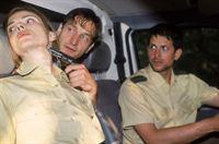 Der Jogger (Victor Calero, Mi.) entpuppt sich als Autodieb und entführt Cora (Nana Krüger) und Jan (Oliver Elias) mit dem Bully. Er dirigiert sie quer durch die Stadt und lotst sie in eine einsame Waldgegend... – © RTL Crime