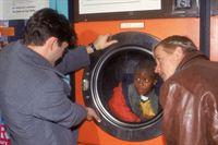 Grischa (Lenn Kudrjawizki, li.) und Harald (Horst Kotterba, re.) eilen zum Tatort und befreien das verängstigte Kind, das von Neonazis in eine Waschmaschine gesteckt wurde. – © RTL Crime
