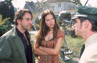 Ulf (Sebastian Bezzel, re.) und sein Kollege werden zu einem Einsatz bei Herrn Lepsius (Dieter Landuris) und seiner Freundin Andy (Zora Holt) gerufen. Er behauptet, von seiner Nachbarin verflucht worden zu sein, da sie sich über seinen unaufgeräumten Garten ärgere. – © RTL Crime