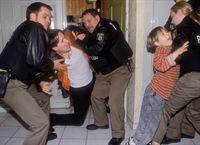 Ronnie (Mario Irrek, 2.v.li.) wird von den Polizisten (li. Ole Puppe, Mi. Sebastian Bezzel) überwältigt, sein Sohn Kevin (Pascal Andres), den er als Geisel genommen hatte, in Sicherheit gebracht (re. Eva Meier). – © RTL Crime