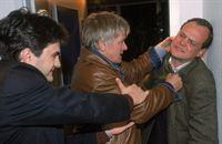 Grischa (Lenn Kudrjawizki, li.) versucht Harald (Horst Kotterba, Mi.) davon abzuhalten auf Herrn Kocherz (Dietmar König) loszugehen, einem angeblichen pädophilen Nachbarn der kleinen Annika. – © RTL Crime