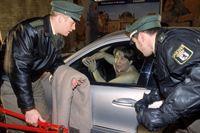 Ulf (Sebastian Bezzel, li.) und Sebastian (Ole Puppe, re.) befreien Ludger Brake (Michael Schweighöfer), der nackt auf dem Straßenstrich in seinem Auto angekettet wurde. – © RTL Crime