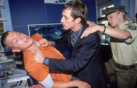 Der Bruder der verschwundenen Verstorbenen, Stefan Berger (Andre Szymanski, Mi.) geht auf Marcus Wedekind (Dirk Plönissen) los, dem Exfreund seiner Schwester. Sonja (Eva Meier) und ihre Kollegin gehen dazwischen. – © RTL Crime