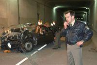 Ein LKW hat in einem Tunnel einen schweren Unfall mit einem PKW verursacht und hat Fahrerflucht begangen. Während Ulf (Sebastian Bezzel) sich um den schwer verletzten PKW-Fahrer (Dieter Mann) kümmert, fordert Sebastian (Ole Puppe, re.) die Rettungskräfte an. – Bild: RTL Crime