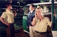 Kerstin (Anne Kasprik) und Rolf Oliver Bäßler, li.) werden nachts wegen 'Vergewaltigung gegenwärtig' in einen Park gerufen. Sie verhaften einen Verdächtigen, auf den die Personenbeschreibung passt: René Schöbel (Ronald Kukulies), vorbestraft wegen sexueller Nötigung. – © RTL Crime