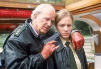 Auf dem Ausflugsdampfer hat Matuschek (Michael Gwisdek) Sonja (Eva Meier) als Geisel genommen und will mit ihr an Land gehen. – © RTL Crime