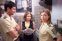 Marie (Josephine Preuß, Mi.) möchte nach dem Verlust der Mutter gerne alleine in der Wohnung bleiben und zeigt Jan (Oliver Elias) und Cora (Nana Krüger), dass sie auch alleine gut zurechtkommt. – © RTL Crime