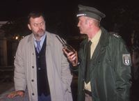 Herr Stadler (Wolfgang Häntsch, li.) zeigt Wolfgang (Christof Wackernagel, re.), wo er seine Frau das letzte Mal gesehen hat. – © RTL Crime