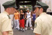 Ulf (Sebastian Bezzel, li.) und Sebastian (Ole Puppe, re.) sehen sich nach ihrem Besuch bei der arabischen Familie des Toten einer Reihe junger Araber gegenüber, die die Polizei für den Tod von Hamid verantwortlich machen... – © RTL Crime