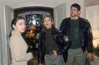 Cora (Nana Krüger, Mi.) und Jan (Oliver Elias) kümmern sich um eine verzweifelte Mutter (Naomi Krauss). Sie hat auf der Wache angerufen, weil ihre kleine Tochter verschwunden ist. – © RTL Crime