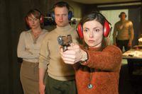 Im Rahmen der Untersuchung ihres Schusswaffengebrauchs mit Todesfolge muss Cora (Nana Krüger, re.) unter Beobachtung von Frau Matthäus (Beata Lehmann) und des Schießwarts (Thomas Wingrich) schießen. – © RTL Crime