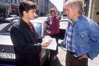 Grischa (Lenn Kudrjawizki, li.) hat beobachtet, wie Harald (Horst Kotterba) von der Prostituierten Elena (Magdalena Boczarska) Geld angenommen hat und stellt ihn zur Rede. – © RTL Crime