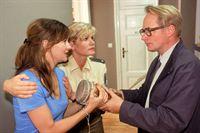Kerstin (Anne Kasprik, 2.v.li.) versucht die völlig hysterische Maren Guthoff (Stefanie Stappenbeck) zu beruhigen. Sie streitet sich mit dem Gerichtsvollzieher (Harald Burmeister), als der eine Trommel wegpacken will. – © RTL Crime