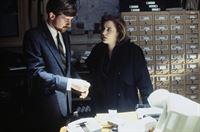 Die FBI-Agenten Scully (Gillian Anderson, r.) muss feststellen, dass sie während ihrer Jagd nach einem außerirdischen Wesen vom CIA überwacht wurde. – © TM + © Twentieth Century Fox Film Corporation. All Rights Reserved.