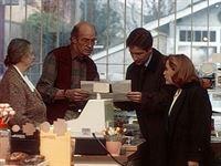 Scully (Gillian Anderson, r.) und Mulder (David Duchovny, 2.v.r.) ziehen in einem Ort in den Wäldern von Massachusetts Erkundigungen über die Kindreds ein, eine Sekte, in deren Kreisen sie einen Mörder vermuten. – © TM + © 2000 Twentieth Century Fox Film Corporation. All Rights Reserved.