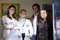 Im Krankenhaus erfahren Semir (Erdogan Atalay, r.) und Ben (Tom Beck) von Dr. Graf (Aline Hochscheid, 2.v.l.), dass der festgenommene Schwerverbrecher Larsen sich als Spender für die Tochter von Julia Umbach (Sophie Wepper) eignen würde. – Bild: RTL