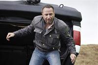 Semir (Erdogan Atalay) versucht den verletzten Alex aus dem zerstörten Jeep zu retten, bevor dieser explodiert... – © RTL