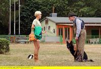 """ARD HEITER BIS TÖDLICH - ALLES KLARA II. Staffel (16 neue Folgen), Folge 32 """"Der letzte Stempel"""", am Donnerstag (06.02.14) um 18.50 Uhr im Ersten. Klara (Wolke Hegenbarth, l.) trifft Heinz Bobermann (Dieter Montag, r.) und seinen Schäferhund auf dem Hundeübungsplatz. – © ARD/Hardy Spitz"""
