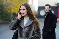 Melanie (Anna-Katharina Fecher) ist begeistert, als sich der Fotograf bei ihr meldet und ihr ein Fotoshooting anbietet. Argwöhnisch wird sie dabei von Deniz (Igor Dolgatschew) beobachtet. – © RTL