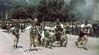 Standbild aus einem Film über das Tiroler Landesschießen 1943: Tiroler Jungschützen im Festzug. – © ORF2