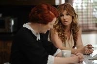Als Vivien (Connie Britton, r.) Moira (Frances Conroy, l.) um eine Tasse Tee bittet, macht diese ihr klar, dass sie keine Befehle von Geistern annimmt und sie ihr nun gleichgestellt ist ... – Bild: 2011 Twentieth Century Fox Film Corporation. All rights reserved.