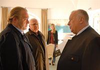 v.l.n.r. Richard Voss (Jan-Gregor Kremp), Gerd Heymann (Michael Ande), Lisa Obermayer (Felicitas Woll) und Hartmut Obermayer (Thomas Thieme) – Bild: ZDF