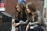 Nachdem ein Richter in einer Tiefgarage mehrmals von einem Auto überfahren wurde, machen sich Tess (Nina Lisandrello, l.) und Catherine (Kristin Kreuk, r.) auf die Suche nach dem Täter ... – © 2012 The CW Network, LLC. All rights reserved.