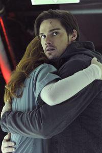 Im Krankenhaus trifft Vincent (Jay Ryan, r.) auf eine alte Bekannte (Bridget Regan, l.) wieder, der er sogleich auch das Leben retten muss ... – © 2012 The CW Network. All Rights Reserved.