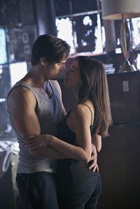 Ihre Beziehung hat die nächste Stufe erreicht, doch schon bald müssen sich Cat (Kristin Kreuk, r.) und Vincent (Jay Ryan, l.) wieder mit der Realität auseinandersetzen ... – © 2013 The CW Network, LLC. All rights reserved.